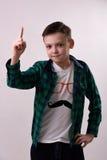 De jongen steunde zijn vinger Stock Foto