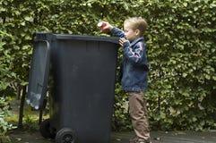De jongen Trashing A kan stock fotografie