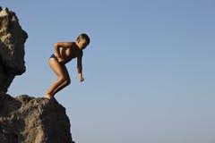 De jongen treft te springen voorbereidingen royalty-vrije stock foto