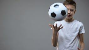 De jongen van de Actvetiener het spelen met voetbalbal, jonge kampioen, hobby en levensstijl stock footage