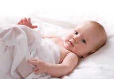 De Jongen van de baby die in Wit Blad wordt verpakt Royalty-vrije Stock Afbeelding