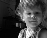 De jongen van de baby door het venster Royalty-vrije Stock Fotografie
