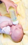 De jongen van de baby het drinken melk van fles Royalty-vrije Stock Afbeelding