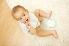De jongen van de baby het eten Stock Foto's