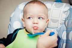 De jongen van de baby het eten Stock Foto