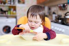 De jongen van de baby het eten Royalty-vrije Stock Fotografie