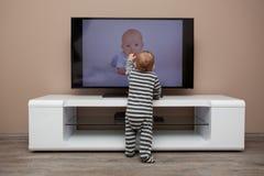 De jongen van de baby het letten op televisie Royalty-vrije Stock Afbeeldingen