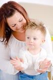 De jongen van de baby het spelen gluurt een boe-geroep Royalty-vrije Stock Afbeelding