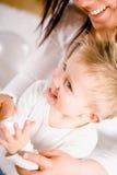 De jongen van de baby het spelen gluurt een boe-geroep Royalty-vrije Stock Foto's