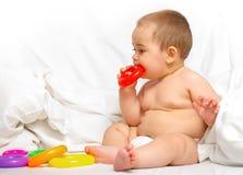 De jongen van de baby het spelen in het bed Royalty-vrije Stock Foto