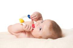 De jongen van de baby het spelen met rammelaar Stock Afbeelding