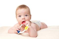 De jongen van de baby het spelen met rammelaar Stock Fotografie