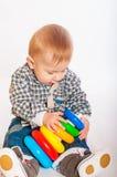 De jongen van de baby het spelen met speelgoed Stock Afbeeldingen