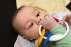 De jongen van de baby het spelen met stuk speelgoed Stock Afbeelding