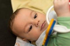 De jongen van de baby het spelen met stuk speelgoed Royalty-vrije Stock Foto