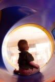 De jongen van de baby het spelen op dia Stock Foto's