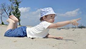 De jongen van de baby het spelen in zand op strand Royalty-vrije Stock Foto's