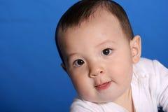 De jongen van de baby kijkt omhoog Stock Foto