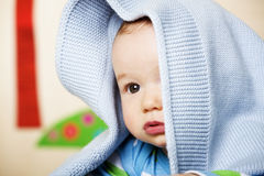 De jongen van de baby met blauwe deken op hoofd. Stock Afbeeldingen