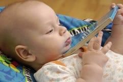 De jongen van de baby met boek Stock Afbeeldingen