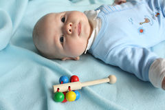 De jongen van de baby met een rammelaar Royalty-vrije Stock Foto's
