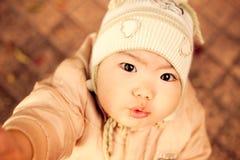 De jongen van de baby met ernstige zwarte ogen Royalty-vrije Stock Foto's