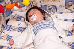 De jongen van de baby met fopspeen stock foto's