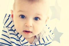 De Jongen van de baby met Grote blauwe ogen stock afbeelding