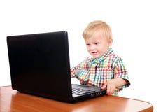 De jongen van de baby met laptop Stock Fotografie