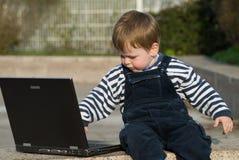 De jongen van de baby met laptop Stock Foto