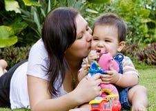 De jongen van de baby met moeder Stock Foto's