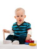 De jongen van de baby met speelgoed op het tapijt Royalty-vrije Stock Foto