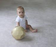 De jongen van de baby met voetbalbal Stock Foto