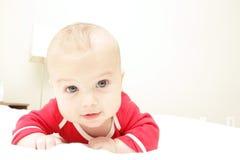 De Jongen van de baby op Bed, thuis Stock Foto
