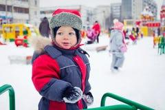 De jongen van de baby op een de winterspeelplaats Royalty-vrije Stock Foto