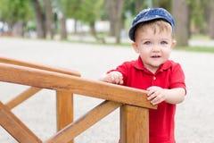 De jongen van de baby op houten brug Stock Afbeeldingen