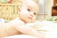 De Jongen van de baby op Naakt Bed, Stock Foto's