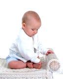 De Jongen van de baby op Rieten Bank royalty-vrije stock fotografie