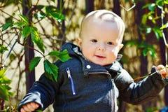 De jongen van de baby in openlucht Stock Fotografie