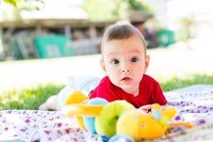 De jongen van de baby in openlucht stock afbeeldingen