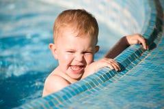 De Jongen van de baby in pool Stock Afbeeldingen