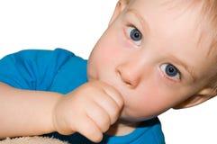 De jongen van de baby zuigt zijn vinger Stock Foto's