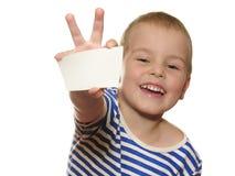 De jongen van de glimlach met kaart voor tekst Stock Afbeelding