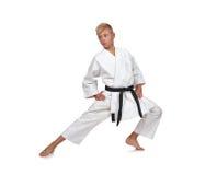 De jongen van de karate in het witte kimono vechten Stock Foto