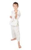 De jongen van de karate in witte kimono geïsoleerdeo status stock foto