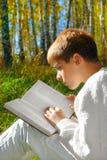 De jongen van de lezing Royalty-vrije Stock Afbeeldingen