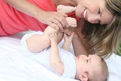 De Jongen van de moeder en van de Baby Stock Afbeeldingen