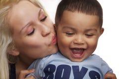 De jongen van de moeder en van de baby kust en koestert Stock Fotografie
