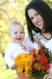 De Jongen van de moeder en van de Baby met Bloemen - het Thema van de Daling Stock Afbeeldingen