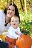 De Jongen van de moeder en van de Baby met Pompoen - het Thema van de Daling Stock Foto's
